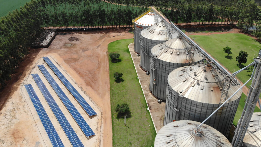 Placas solares e armazém